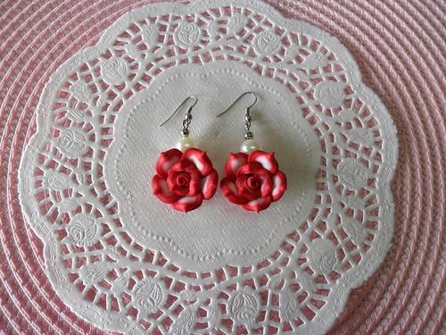 Brincos rosas vermelhos e perolas by Fuxiquices-da-isa