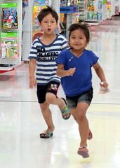 Thai kid run - Part 1 (Farangrakthai) Tags: kids canon thailand bangkok running thalande carrefour thai 7d enfants eurasian 50mmf14 luk courir thailandais thailandaise  eurasien lukkreung khrueng