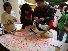 民眾熱烈響應「百萬綠行動」,募集海報上佈滿了密密麻麻的綠行動貼紙。