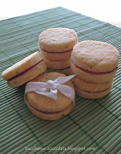 biscotti alle nocciole farciti con marmellata di fragole