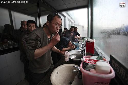 3月28日早晨7点,颠簸了一夜的郭伟明在服务区简单休息洗漱,准备吃些东西。在他身后,等待洗漱的司机同行排起了队
