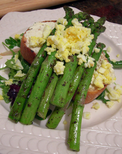 Grilled Asparagus and Goat Cheese Crostini Salad