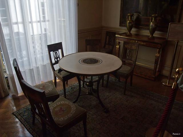 Une agréable petite salle, avec sa table ronde