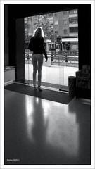 La barrera invisible (Imati) Tags: luz calle mujer puerta local silueta penumbra