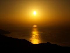 La bruma y el sol (Jesus_l) Tags: españa mar agua europa puestadesol reflexions guipúzcoa jaizkibel jesusl