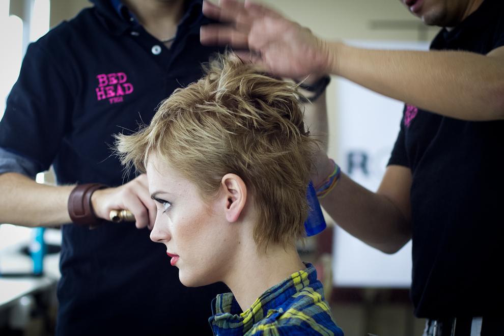 Larissa Niebuhr siendo peinada por personal del plantel de Rommy. (Tetsu Espósito - Asunción, Paraguay)