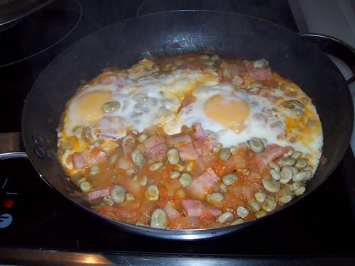 Huevos con habas y panceta