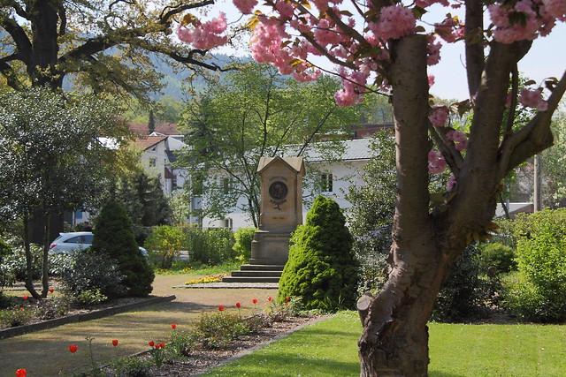 Fröbeldenkmal Schwarzburger Straße frisch bepflanzt