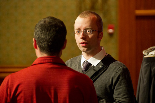 Meeting of the Minds: Ethan Marcotte and AEA attendee discuss the wonders of CSS3. Photo by the incomparable Jim Heid.