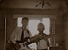 Andy & Len with home-made guitar '63_
