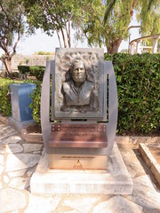IMG_1283 (rg.cross) Tags: bust gerald durrell bosketto garden corfu town my family and other animals