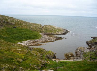 Det gamle fiskeværet i Hjelmsøykeila. Solide gårdshauger med tykke kulturlag sees til venstre. Rundt vika ligger flere tydelig støer.