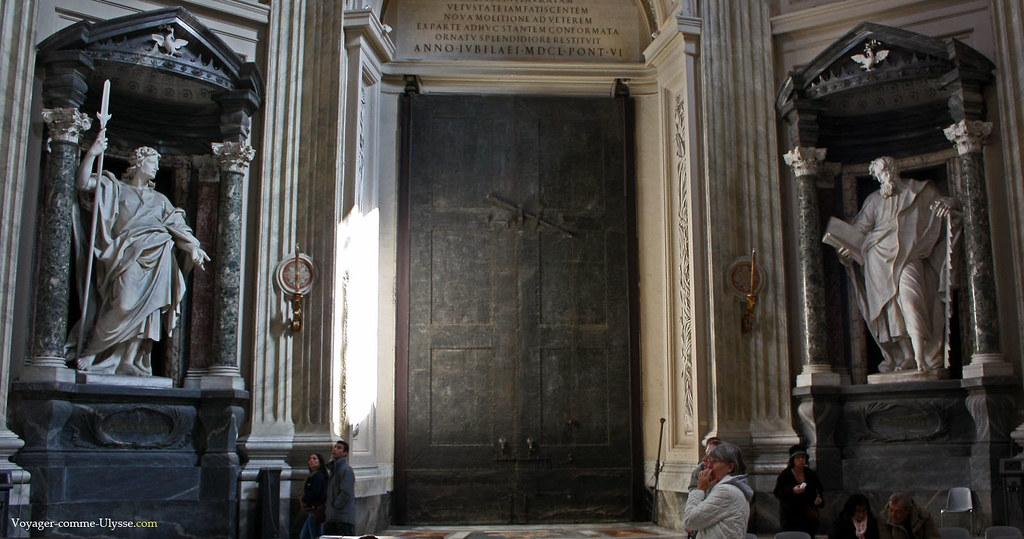 Porte de Bronze, venant de l'Antique Curie Romaine, entourée par deux apôtres