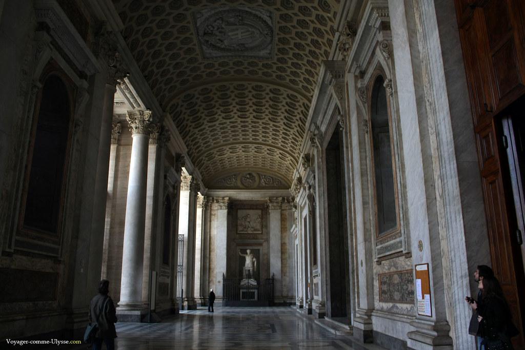 Sous le portique principal, avec au fond la statue de Constantin