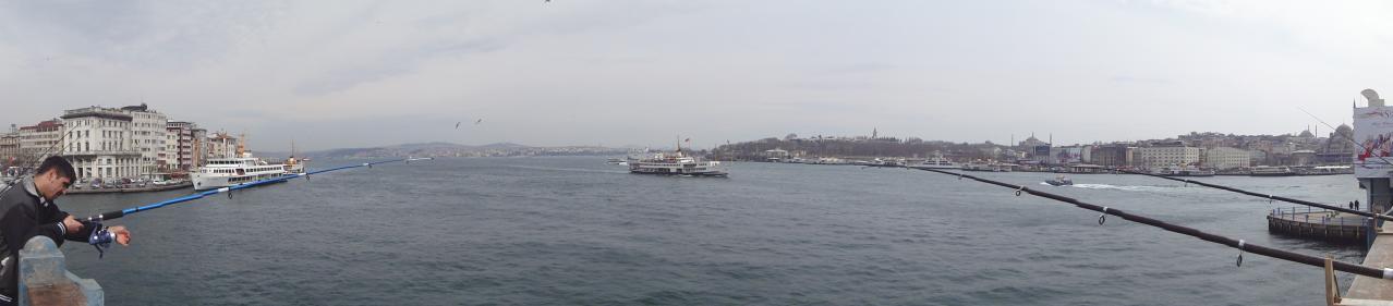 Fotografia panorâmica do cimo da Ponte Galata em Istambul