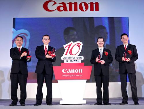 圖一、Canon歡慶在台十周年,蕭萬長副總統(右起二)、佳能亞洲區總裁 小澤秀樹(左起二)、香港區總裁 小林 一忠(左起一)與台灣區總裁 鎌田篤(右一)共同手持台灣造型的榮譽之光象徵在台努力成果