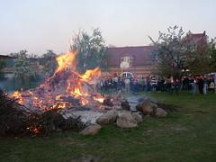 Osterfeuer vor dem Jugendclub