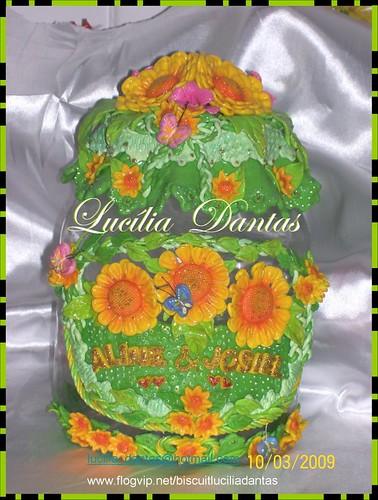 Pote com flores amarelas em biscuit