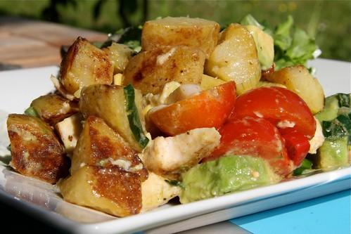Salat aus Bratkartoffeln mit Poulet und Avocado