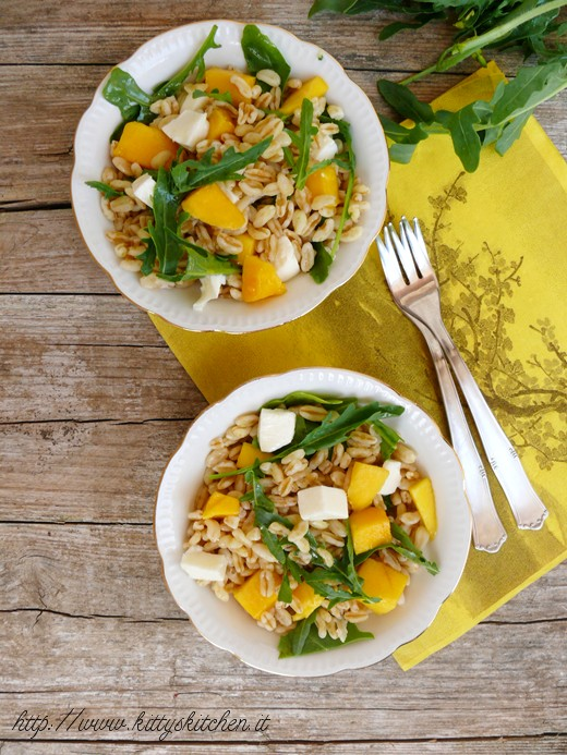 Insalata di kamut con mango feta e rucola