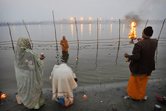 Ganga Aarti (Leonid Plotkin) Tags: india festival river asia traditional prayer religion ritual tradition hindu hinduism ganga ganges mela aarti sangam allahabad pryag maghmela