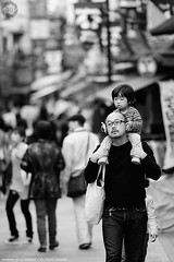 Shoulder-ride with daddy: Yanaka-ginza, Tokyo (Alfie | Japanorama) Tags: street people blackandwhite man girl monochrome japan japanese tokyo nikon father daughter streetphotography yanaka yanakaginza d700 nikkor300mmf4ed streetphotographyinjapan photowalkintokyo photowalkinjapan