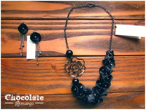 collar petalos en negro by Chocolate Amargo Accesorios