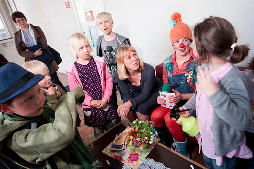 Kulturminister Anniken Huitfeld hilser på barna før forestillingen