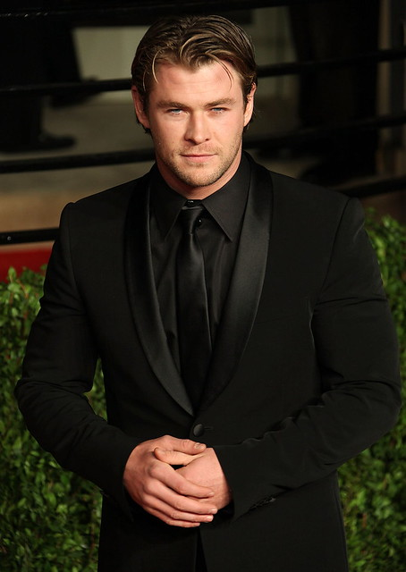 chris_hemsworth_black_suit_bla