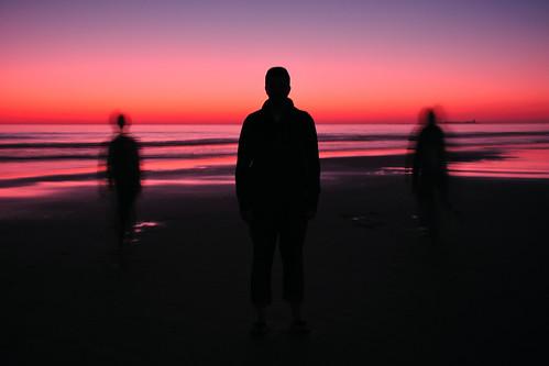 [フリー画像] 人物, 人と風景, 夕日・夕焼け・日没, シルエット, 201103251700
