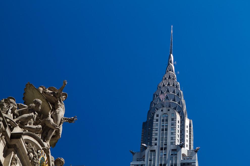 La imponente fachada de la Grand Central Station con el famoso edificio Chrysler en el fondo. El edificio Chrysler (Chrysler Building en inglés) es un rascacielos art decó situado en el lado este de Manhattan . Se ha convertido en un símbolo distintivo de la ciudad. Con sus 319 metros de altura. (Tetsu Espósito - Nueva York, Estados Unidos)