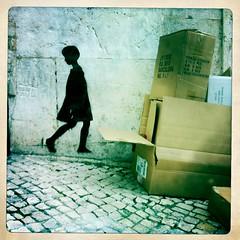 menina (Rosa Pomar) Tags: streetart stencil bairroalto caixotes dosgenes johnslens hipstamatic inas1969film