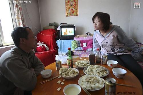 4月2日,夫妻俩给清明节放假回家的女儿煮饺子吃。女儿妍妍18岁,第一次化妆粘了假睫毛,问父亲自己美不美。妻子觉得女儿化妆看着很不习惯,说真难看。