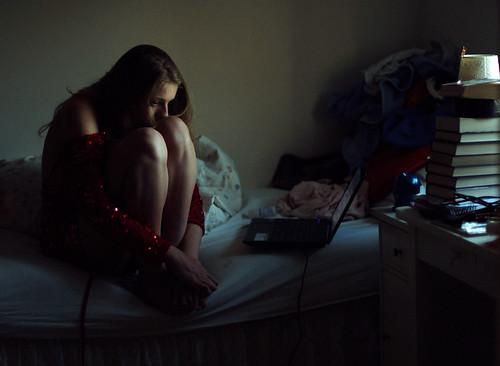 フリー写真素材|人物|女性|俯く|落ち込む・落胆|憂鬱|画像素材なら ...