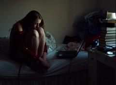 [フリー画像] 人物, 女性, 俯く, 落ち込む・落胆, 憂鬱, 201105080300