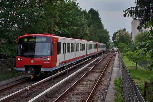 Der DT3F-Zug mit führendem Wagen 765 erreicht den Bahnhof Stadtgrenze
