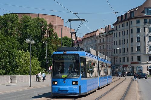 Gemütlich zuckelte Wagen 2125 den Gasteigberg herunter, um nun das Deutsche Museum zu passieren