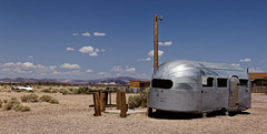 Somewhere in the mojave desert (Guillaume DELEBARRE (Guigui-Lille)) Tags: bagdadcaf bagdadcafe califonia sanbernardino barstow usa america caravane sky newberrysprings route66 canon 6d eos6d tamron2470f28 landscape paysage dsert desert mojave airstream