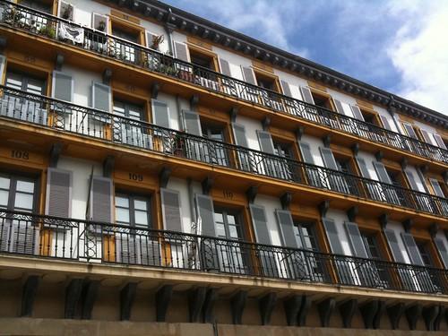 <span>bilbao</span>Ogni balcone un numero. Non è un gigantesco calendario dell'avvento ma i vecchi posti numerati per le corride sulla piazza.<br><br><p class='tag'>tag:<br/>luoghi | cultura | bilbao | </p>