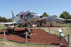 Douglas A-4L Skyhawk; dahinter: Grumman F-14D Tomcat