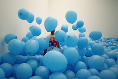 A world of balloons (RL Stars) Tags: blue boy portrait art azul museum balloons fun arte martin pentax retrato creative marco optio museo chico noise globos photoart vigo diversin creed ruido creativas h90 tecendoredes rlstars