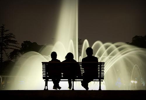 Tres en la fuente