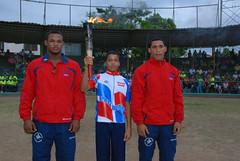 Al centro, el campeón infantil de  ciclismo mountain bike, Moisés Simé, junto a los medallas de oro en Lucha Olímpica, Patrick Gil y Wilmer Joel Rey