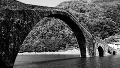 Ponte della Maddalena  - Borgo a Mozzano   - Italia (amos.locati) Tags: borgo mozzano amos locati toscana lucca fiume serchio italia italy tuscany black white alb negru blanc noir negro blanco ponte bridge pont