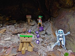 Everything is cool when you're part of a team for the hunting of Easter eggs!  (Damien Saint-) Tags: toy japanese amazon von vinyl pepsi fireball yotsuba flgel danbo drossel calbee amazoncojp revoltech danboard figma
