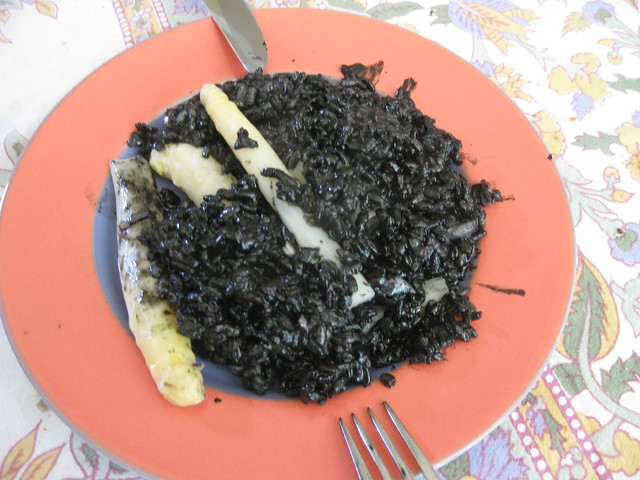 Paella negra plated