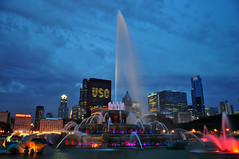Buckingham Fountain, Chicago (Seth Oliver Photographic Art) Tags: chicago buildings iso200 illinois nikon midwest nightimages nightlights skyscrapers searstower cities cityscapes milleniumpark nightshots bluehour fountains buckinghamfountain pinoy downtownchicago cookcounty nightscapes urbanscapes secondcity chicagoist d90 nightexposures cityofchicago cityofbigshoulders chicagolandmarks aperturef40 willistower 08secondexposure setholiver1 18105mmnikkorlens tripodmountedshot bluehourimages nocturneimages