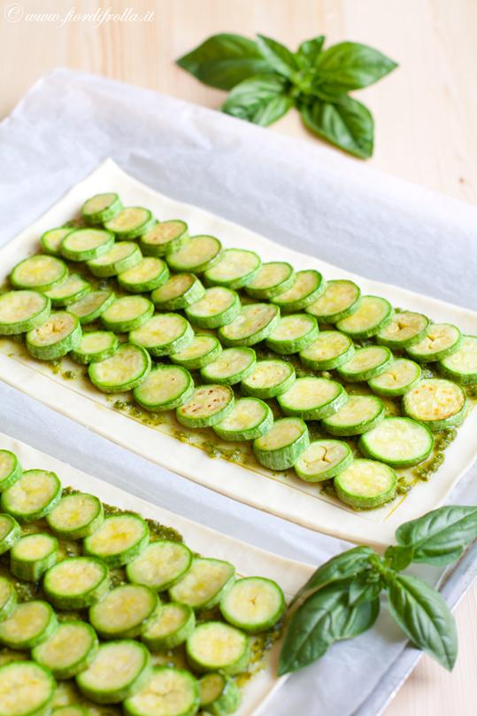 Sfogliata alle zucchine, mozzarella e pesto
