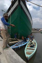 Kijk, hier zijn we aan het werk (CapoVincent) Tags: indonesia harbor ships working jakarta traval