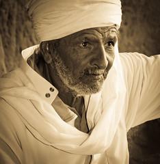 Hadj (Graffyc Foto) Tags: portrait sahara soleil nikon sable du sage algrie homme dsert alger d300 hadj immensit timimoun 2855 adrar tinerkou